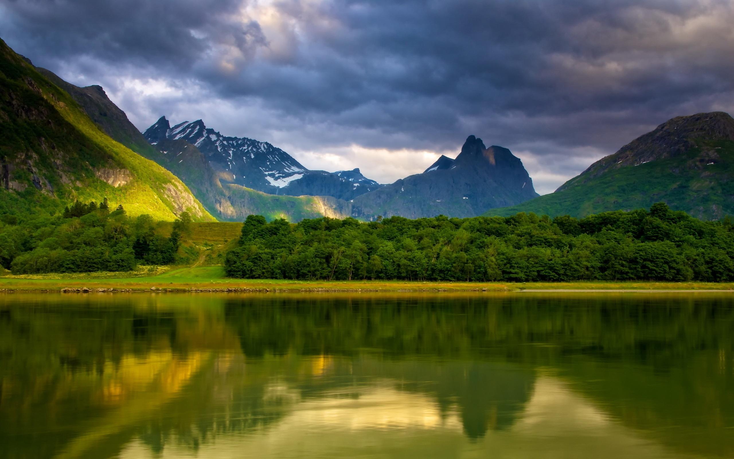 Пейзаж озеро и гори